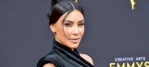 Kim Kardashian szexi fehérneműben teszi rendbe a gardróbját