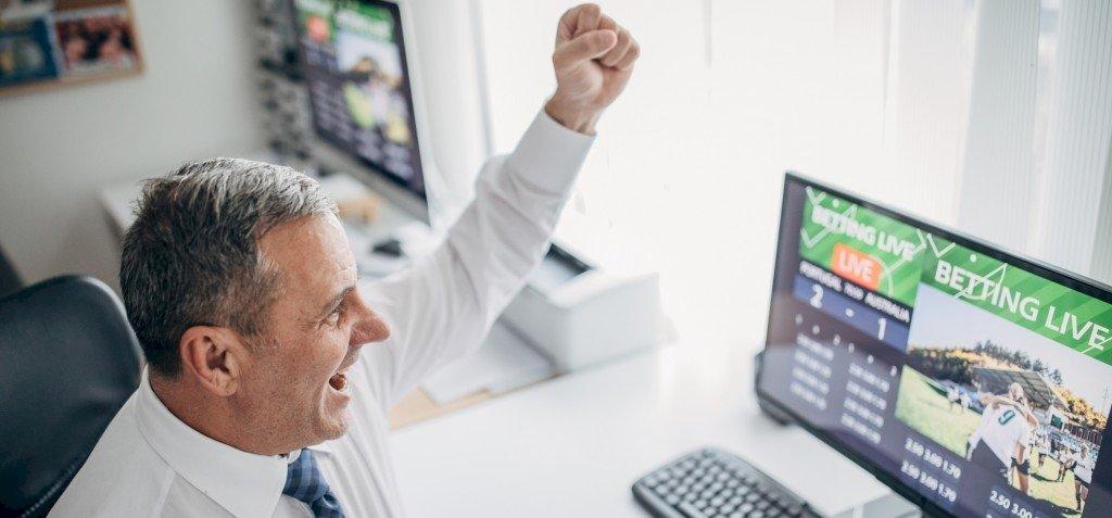 Így vált tömegek új hobbijává a netes szerencsejáték
