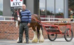 Nem szolgálta ki lovaskocsival a KFC, átment a konkurenciához