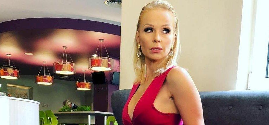 Köllő Babett szexi esküvői ruhában és gumicsizmában ragadott ásót