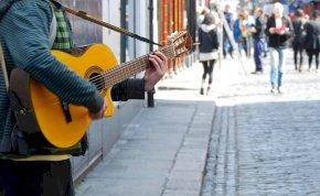 Tinédzserek verték meg az utcazenészt és feleségét – videó