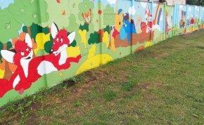 Egyedülálló alkotás: mesekerítést festettek gyerekek és művészek
