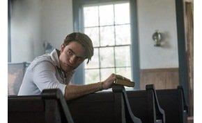 Robert Pattinson egy vödörnyi pókot önt a fejére az új filmjében – előzetes