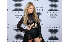 Ilyen felesleges dolgokkal van tele Paris Hilton táskája