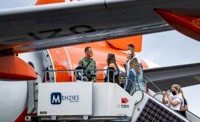 Nem volt maszkja az utasnak, leszállították a gépről, bosszúból mindenkit leköhögött – videó