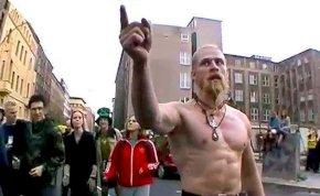 Ki ez az őrült viking, aki techno zenére hadonászik?