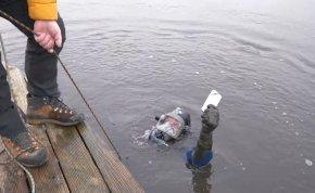 Nyíregyházán riasztották a speciális mentőket, mert egy lány a tóba ejtette a telefonját