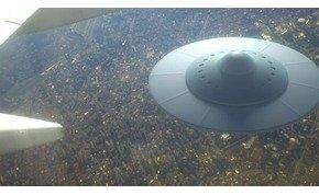 Sokkoló felvétel: rejtélyes UFO követett egy pakisztáni utasszállító repülőgépet
