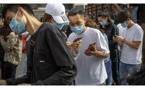Turisták százai várakoznak Kínában arra, hogy egy női nemi szervet jelképező lyukba dughassák az ujjukat - videó