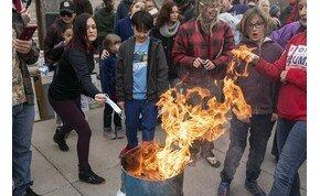 Maszkokat égettek a tüntetők – videó