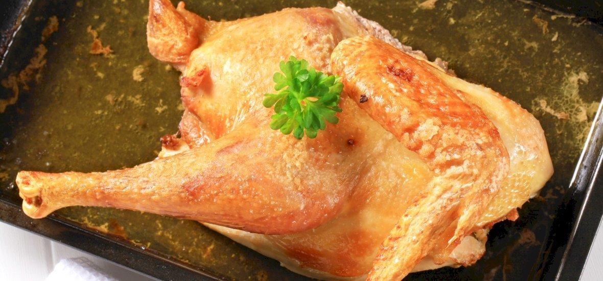 Világszenzáció: órákig pofoztak egy csirkét, mire az megsült - videó