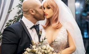 Durva válás: a férfi feleségül vette a szexbabáját, sajnos azonban megromlott a házasságuk