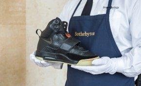 Rekordáron, 1,8 millió dollárért kelt el Kanye West cipője