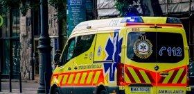 Telefonon keresztül adták a mentősök az utasítást, hogy a fiú újra tudja éleszteni az apját