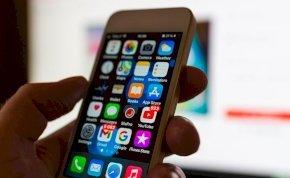 Szétrobbant egy férfi kezében az iPhone-ja, hatalmas kártérítést követel