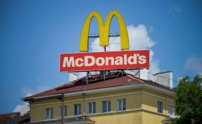Elképesztő: női mellek vannak elrejtve a McDonald's logójában? És mi köze mindehhez Tóth Andinak?