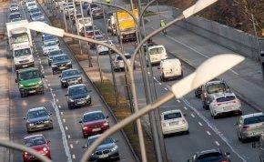 Hatalmas balesetet okozott egy 80 éves férfi, aki végig a forgalommal szemben hajtott – videó