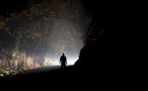 Félelmetes földönkívüli teremtmény sétált át egy városon, megfagyott a levegő a léptei nyomán - videó