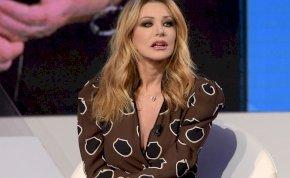 Szerinted volt bugyi a dögös olasz riporternőn, aki élő adásban rakta szét a lábait? – videó