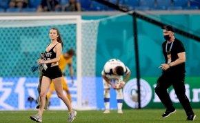 Szexi, falatnyi pólós lány rohant be a finn-belga meccsre, kriptopénzt reklámozva a mellén