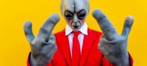 Földönkívüli jelent meg élő adásban egy politikus mögött? Lesokkoltak a nézők, majd kiderült a sírvanevetős igazság