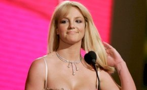 Britney Spears falatnyi bikiniben rázza a fenekét, de vagyonát továbbra is az apja kezeli
