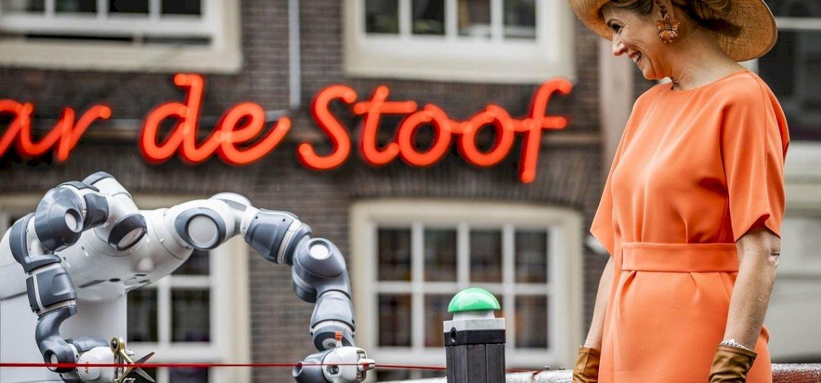 Egy robot adta át a világ első nyomtatott gyalogos hídját!