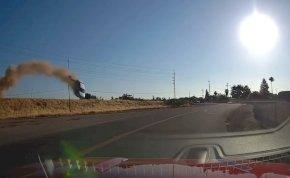 Mint egy katasztrófafilmben: üstökösként csapódott egy autó a főút aszfaltjára