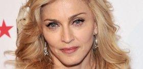 Madonna szétnyitott combokkal és egy virslivel provokálja a rajongóit