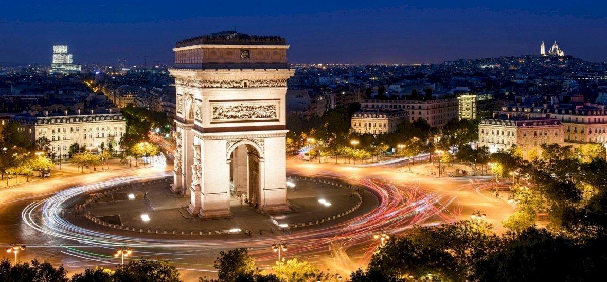 Mit keres egy magyar város neve Párizs egyik leglátványosabb építményén? És miért pont ez?