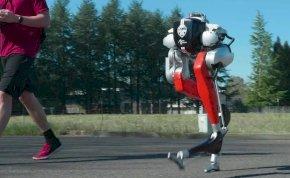 """Így teljesítette a Star Wars-szerű, kétlábú """"futórobot"""" az 5 km-es szabadtéri távot! - videó"""