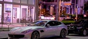 Közel egy percnyi dráma - beszorult a szűk utcába a luxusautó: videó