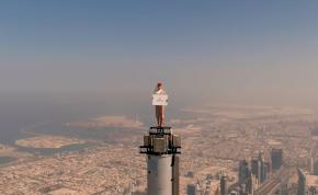 Ez borzasztó! Mit keres egy nő a világ legmagasabb épületének csúcsán?