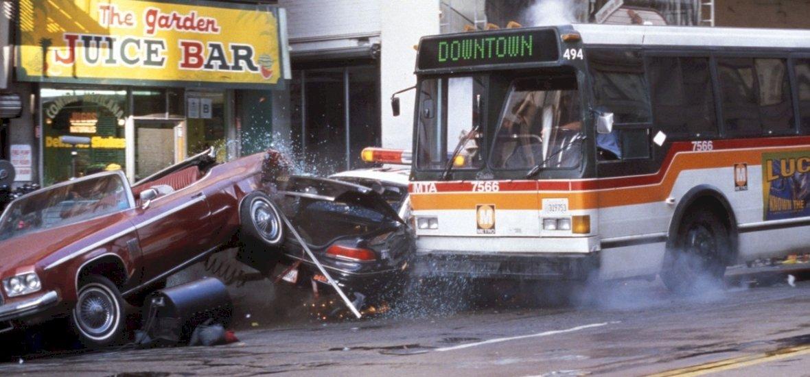 Autósok figyelem! Tömegkarambolra, lopásokra, utcai versenyekre kell számítani a hétvégén