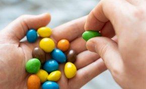 Termékvisszahívás! Életveszélyes adalékanyagot találtak a világ egyik legnépszerűbb édességében