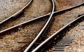 A sínek között ájult el az idős hölgy – perceken múlott, hogy nem lett belőle katasztrófa