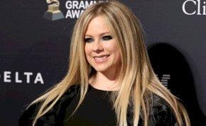 Nem sok hiányzik, hogy Avril Lavigne mellbimbója kilógjon a bikiniből – válogatás