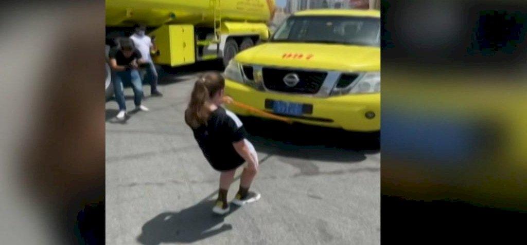 Ilyen nincs és mégis van! Az új rekorder: egy tízéves kislány a fogával húzta el Arnold Schwarzenegger 2.5 tonnás autóját! - videó