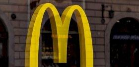 """""""Csak vicc volt"""" – állítja a McDonald's dolgozója, miután beletörölte a cipőtalpába a sajtot"""