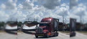 Kíméletlenül zúzta szét a tehervonat egy kamion rakományát – videó