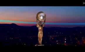 Mégis mi történt a budapesti Szabadság-szoborral? Most már diszkógömböt tart a kezében!
