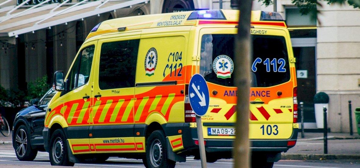 Egy luxusautós zaklatta a mentősöket újraélesztés közben, mert a kocsijuktól nem tudott továbbmenni