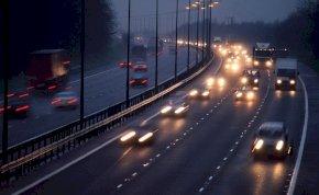 Félelmetes baleset: nyolc autót tört össze egy kisteherautó az autópályán – videó