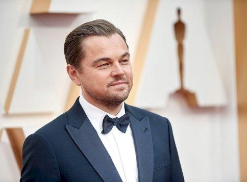 Leonardo DiCaprio 23 évvel fiatalabb barátnője egy brutálszexi istennő, aki imád játszani a nyelvével - videó