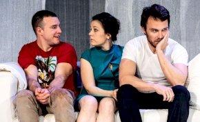 A mi kis falunk sztárjaival mutatják be Budapesten a nagy sikerű angol színdarabot