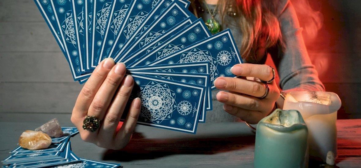 Válassz a 3 kártya közül és kiderül: milyen irányt vesz a kapcsolatod? – napi jóslás