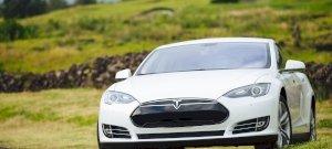 Az autópályán száguldozott a Tesla, miközben a vezetője részegen pihengetett benne