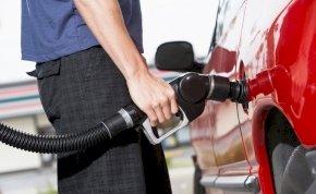 Készüljenek fel az autósok: szerdától az egekbe szöknek az üzemanyagárak!