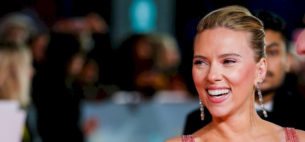 Így néz ki Scarlett Johansson jóképű férje, a mindig mosolygós Colin Jost - videó