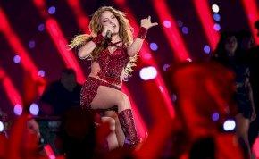 Shakira visszafogottan szexizett, míg Britney Spears teljesen levetkőzött